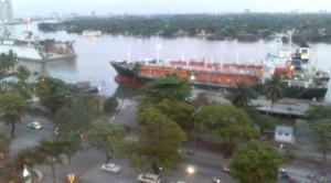 ホテルの窓から見るサイゴン川